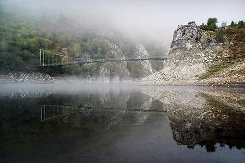 Viseći most na Uvačkom jezeru / Foto: Vladimir Mijailović